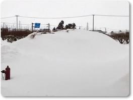 雪が解けてきたもみ殻堆肥の山