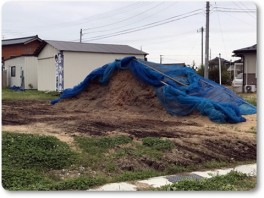 半分くらいになったもみ殻堆肥の山