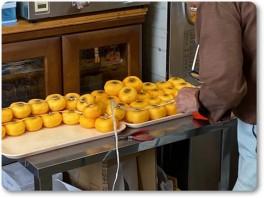 干し柿を作る岩井店長